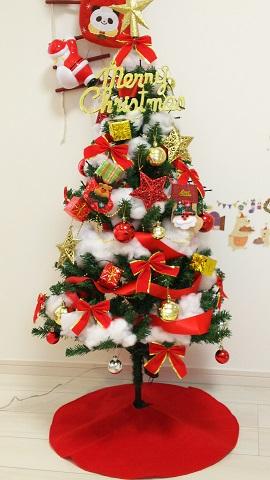 飾り付けを完成したクリスマスツリー