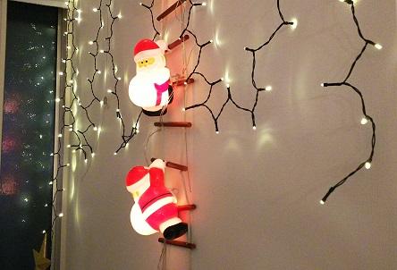 室内窓に映る装飾イルミネーションの光